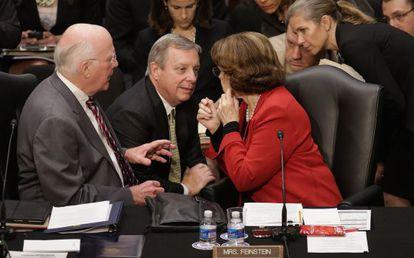 Varios senadores conversan durante las negociaciones del Comité Judicial este martes.