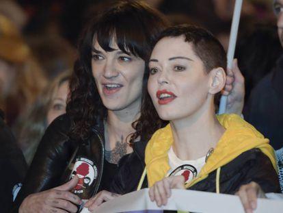 Asia Argento y Rose McGowan en una marcha en Roma el 8 de marzo.
