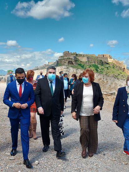 El alcalde de Sagunto, Darío Moreno; el ministro José Manuel Rodríguez Uribes, y la delegada de Gobierno, Gloria Calero, en Sagunto este jueves, con el castillo al fondo.