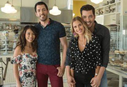 A la izquierda, Drew con su mujer, Linda Phan. A la derecha, Jonathan con su novia. |