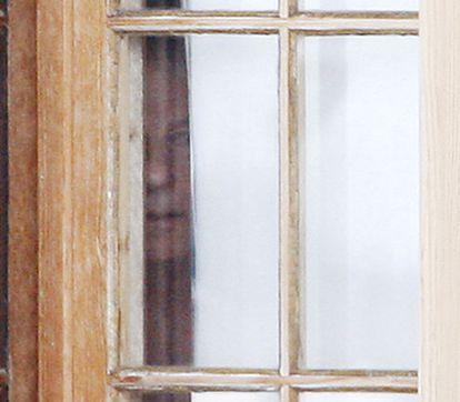 Roman Polanski mira a través de la ventana de su chalet, en la estación de Gstaad, en Suiza, el 5 de diciembre de 2009.
