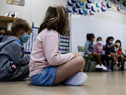 Varios niños con mascarilla en una clase de educación infantil de un colegio de Santiago de Compostela.