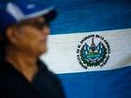 Un hombre frente a una bandera de El Salvador, en diciembre pasado.