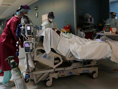 Traslado de un paciente afectado por coronarivus en el Complejo Hospitalario de Navarra, este sábado.