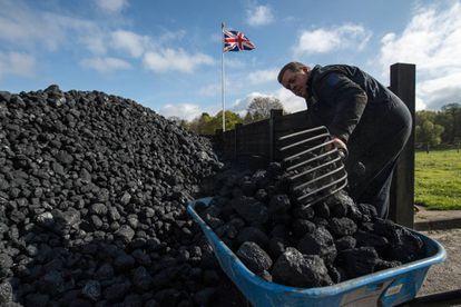 Un trabajador acarea carbón en una feria de máquinas de vapor, el pasado 17 de abril en Hollycoombe (Inglaterra).