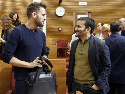 El consejero de Educación, Marzà, a la derecha, habla con el portavoz de Compromís en las Cortes Valencianas, Ferri.