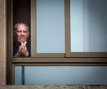 Un hombre aplaude en la ventana de una residencia de mayores en Logroño.