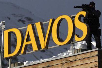 Un miembro del servicio de seguridad, en el tejado de un hotel en Davos (Suiza).