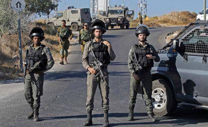 Fuerzas israelíes en la zona del atentado registrado el jueves en Migdal Oz (Cisjordania).
