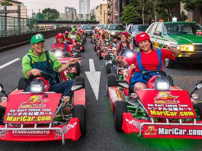 Un grupo de turistas conducen 'go-karts' vestidos de personajes de 'Mario Kart'.
