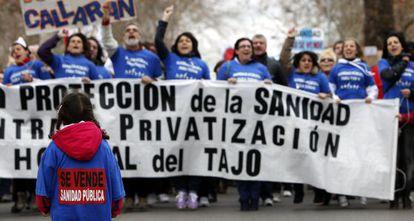 Una niña frente a una pancarta en Aranjuez.