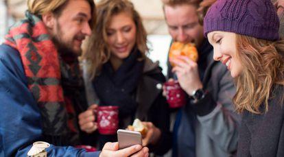 Varios jóvenes utilizan la aplicación de pago por móvil Bizum.