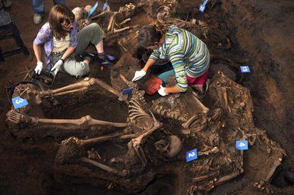 Excavación de la fosa común de la dictadura con 15 cadáveres encontrada en un centro de detención en la provincia de Tucumán.