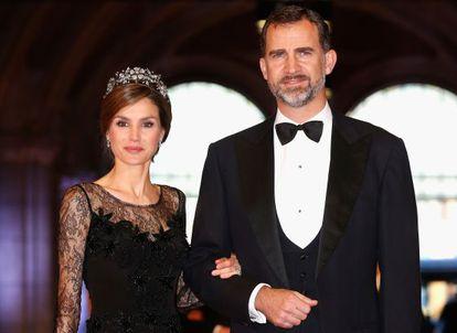 Los Príncipes de Asturias, Felipe de Borbón y Letizia Ortiz, a su llegada a la cena