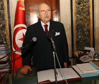Fued Mebaza, presidente del Parlamento de Túnez, ha jurado hoy su cargo como presidente interino sustituyendo al Primer Ministro Mohamed Ghannouchi que se hizo cargo del poder ayer cuando el presidente Ben Ali abandonó el país después de 23 años de mandato, forzado por las protestas de las últimas semanas.
