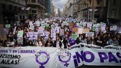 Manifestación feminista de estudiantes, este viernes en la Gran Vía de Madrid.