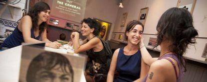 Silvia, dueña de El Gallinero, atiende a sus clientas.