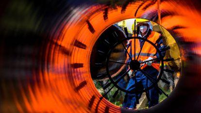 Un operario trabaja en la construcción de una sección del gaseoducto Balkan Stream cerca de la localidad de Kamenovo (Bulgaria).
