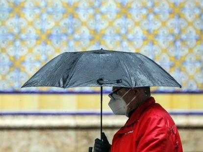 Un hombre se protege con un paraguas de la lluvia, el 15 de abril en Valencia.