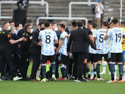 Los jugadores de Argentina hablan con funcionarios de salud de Brasil.
