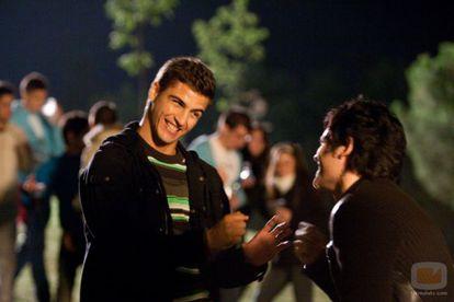 Los actores Maxi Iglesias y Adam Jezierski en la serie 'Física o química'. ¿Qué dirán?