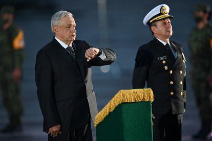 Andrés Manuel López Obrador con el secretario de Marina, José Rafael Ojeda, en un acto.