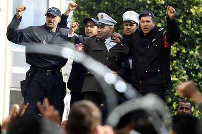 Los policías se unen a los manifestantes en Túnez