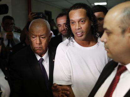 Ronaldinho, escoltado por la Policía durante su reciente detención en Asunción.