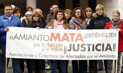 Familiares de las fallecidas por amianto, frente a los juzgados de Plaza de Castilla, en Madrid.