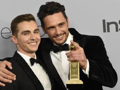 James Franco (derecha) con su hermano Dave, posa con su Globo de Oro el pasado domingo.
