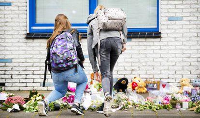 Estudiantes dejan flores y velas en la escuela Oostwende, en honor a Savannah Dekker, una de las dos niñas de 14 años cuyos cuerpos fueron localizados.