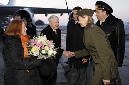 Robert Gates saluda a una militar rusa a su llegada al aeropuerto de San Petersburgo.