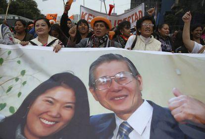 Seguidores del fujimorismo, en una manifestación de apoyo a Alberto y Keiko Fujimori.