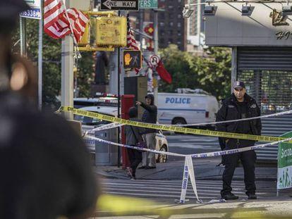 Agentes de la policía de Nueva York en la escena del crimen