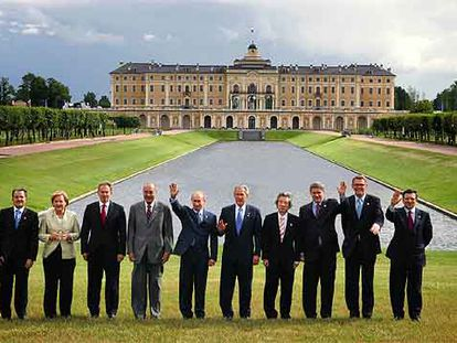 Los líderes del G 8 posan ante el palacio de Konstantinovsky, en San Petersburgo. De izquierda a derecha, Romano Prodi, Angela Merkel, Tony Blair, Jacques Chirac, Vladímir Putin, George W. Bush, Junichiro Koizumi, Stephen Harper, Matti Vanhanen y José Manuel Durão Barroso.