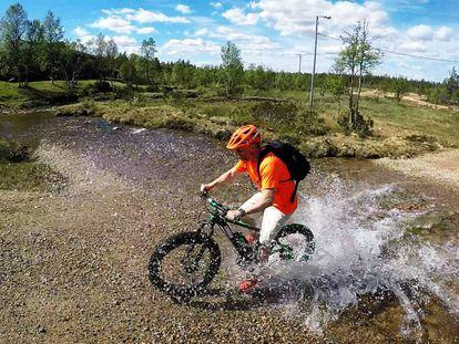 El autor cruzando un arroyo parque nacional Urho Kekkonen
