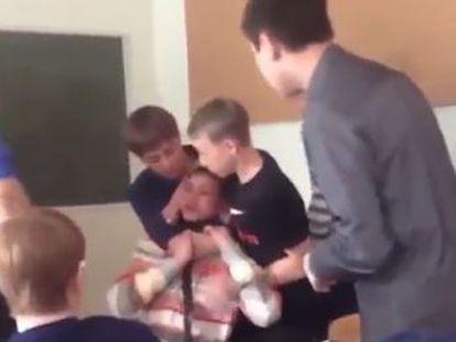 El docente arrancó al estudiante sus auriculares tras pedirle que se los quitara en una clase en un colegio ruso
