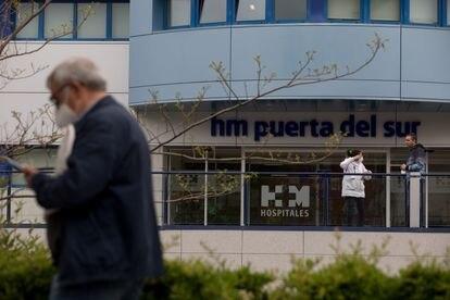 Entrada del Hospital Universitario HM Puerta del Sur de Móstoles, el 23 de abril.