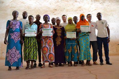 Las participantes sostienen su certificado al final del curso.