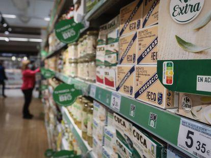 Productos con la etiqueta Nutri-Score en un supermercado Carrefour de Madrid.