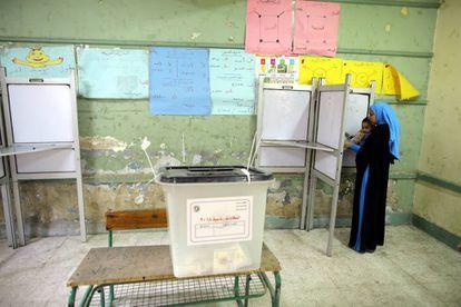 Una mujer se dispone a votar durante la primera jornada de las elecciones presidenciales en un colegio electoral de El Cairo.