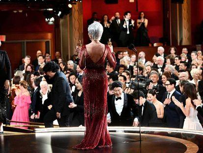La actriz Jane Fonda entrega el premio a mejor película al equipo de 'Parásitos'.