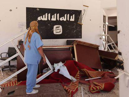Un hombre observa los restos del ISIS en un edificio en Sirte, Libia.