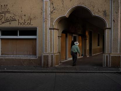 Un hotel en el centro de Aguililla que ha sido abandonado tras el ingreso de los grupos de crimen organizado.