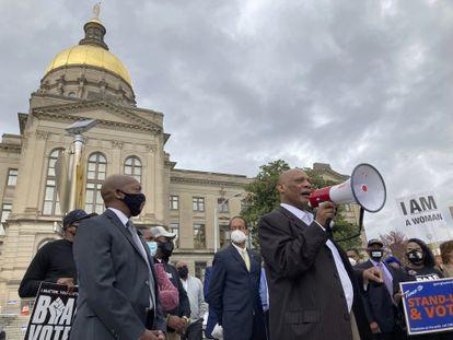 El obispo de la Iglesia Episcopal Metodista Africana, Reginald Jackson, anuncia un boicot a los productos de Coca-Cola por no oponerse a los proyectos de ley de votación, en marzo pasado.