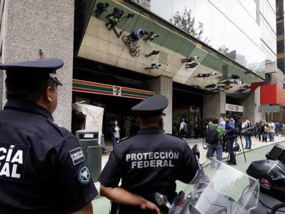 Agentes de policía en el exterior de la Casa de la Moneda en Ciudad de México. En vídeo, los detalles del robo.
