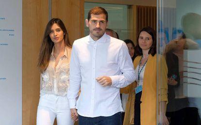 Iker Casillas y Sara Carbonero, el 5 de mayo en Oporto, a la salida del futbolista del hospital en el que fue operado de un infarto.