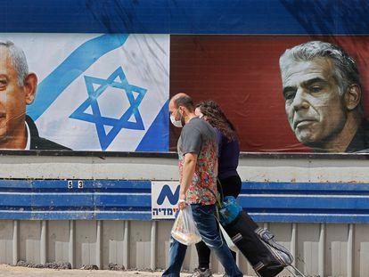 Carteles electorales del conservador Benjamín Netanyahu (izquierda) y del centrista Yair Lapid, en Tel Aviv.