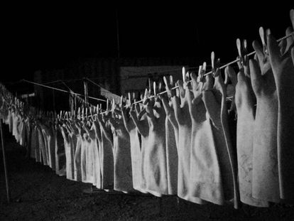 Esta imagen de guantes colgados es la ganadora del concurso de fotografía del 18º Congreso Internacional de Enfermedades Infecciosas.