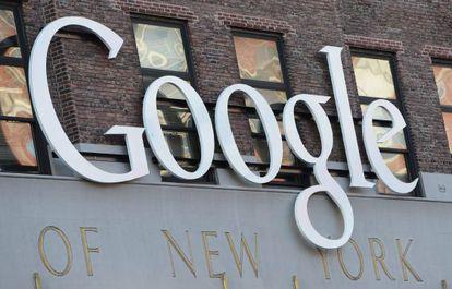 Vista del logo de Google en la sede de la firma en Nueva York